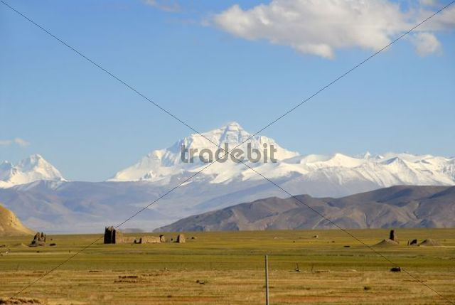 View towards the entire massif of Mount Everest, ruins in the valley near Old Tingri, Himalayas, Central Tibet, U-Tsang, Tibet Autonomous Region, People´s Republic of China, Asia