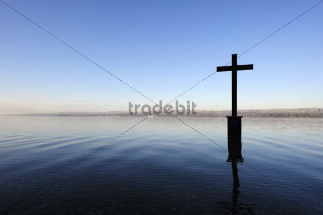 Memorial cross for King Ludwig II, marking the place of death of the Bavarian king on 06/13/1886, Lake Starnberg near Berg, Five Lakes Area, Upper Bavaria, Bavaria, Germany, Europe, PublicGround