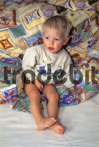 kleiner junge sitzt im bett runterladen leute. Black Bedroom Furniture Sets. Home Design Ideas