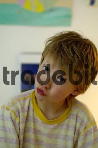 Junge der eine Schnute zieht
