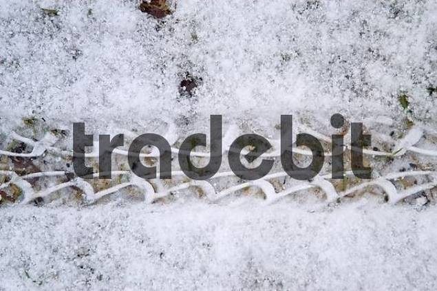 Print of a bycicle tire in the snow