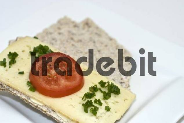 Crispbread with cheese, tomato and chives