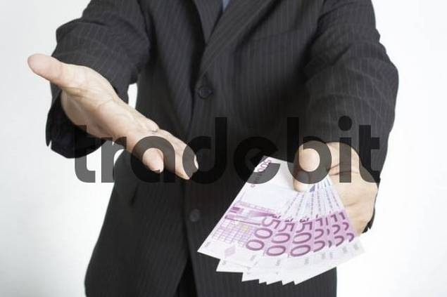 Man offers 500 euro banknotes