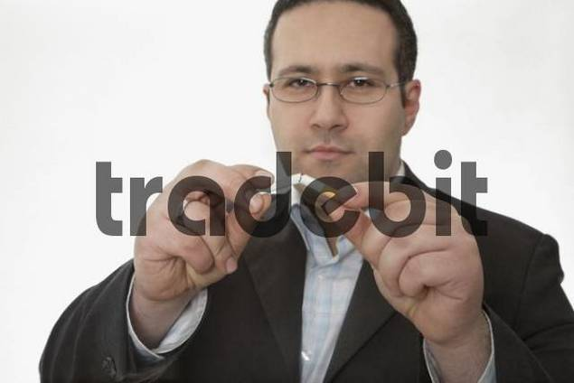 Man breaking a cigarette in half: smoking cessation