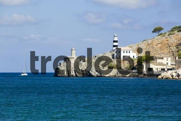 Lighthouse, entrance to the harbour at Port de Soller, Majorca, Balearic Islands, Spain