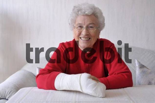 Senior woman, her right hand in a cast