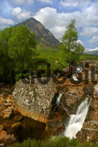 Mountain landscape with the exposed red rocks of the riverbed of the Coupal River in front of Buachaille Etive Mr, Glen Etive, near Glencoe, Scottish Highlands, Scotland, Great Britain, Europe
