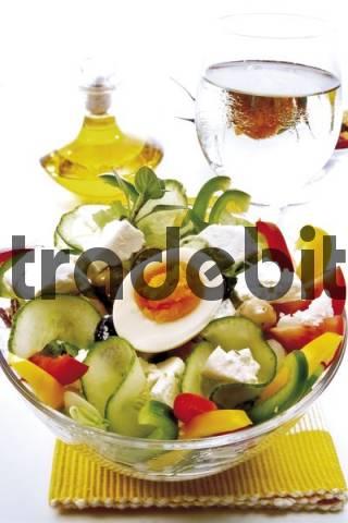 griechischer feta salat mit ei schafsk se gurken tomaten o. Black Bedroom Furniture Sets. Home Design Ideas