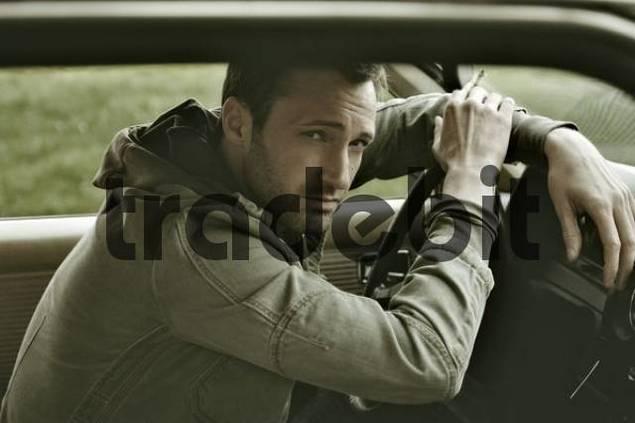 31-jähriger Mann als James Dean im Auto
