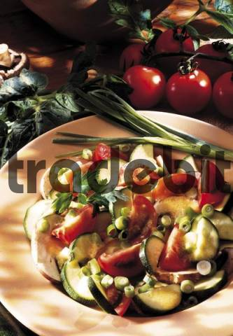 Mixed salad with courgette, tomatoes, mushrooms and spring onions