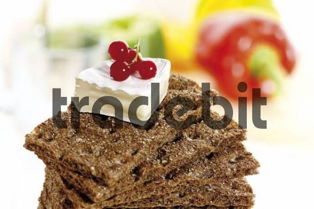 Crispbread with camembert and currants