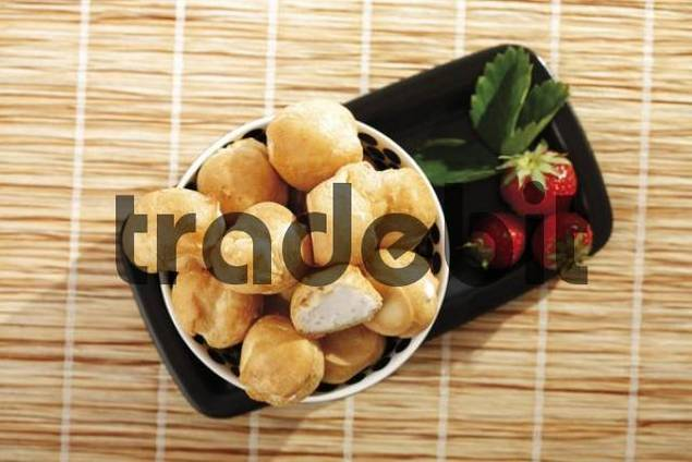 Strawberry cream puffs with strawberries