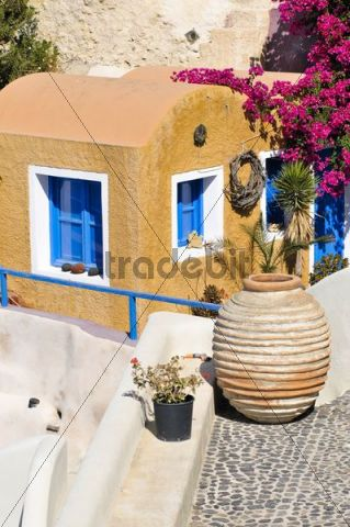 Inner courtyard of a yellow house with a clay vase in a typical Cycladic architectural style, Oia, Ia, Santorini, Cyclades, Greece, Europe