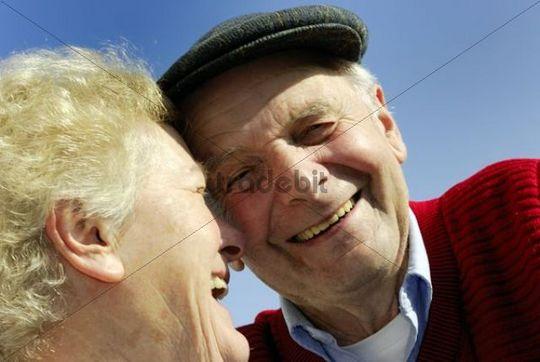 Alte Liebe, Oma und Opa vor blauem Himmel, lachend, Emmendingen, Baden-Württemberg, Deutschland