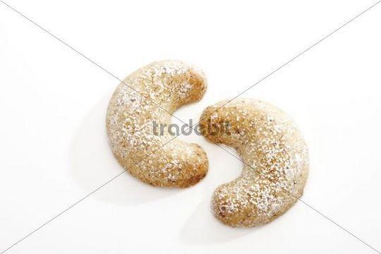 Vanillekipferl biscuits with icing sugar