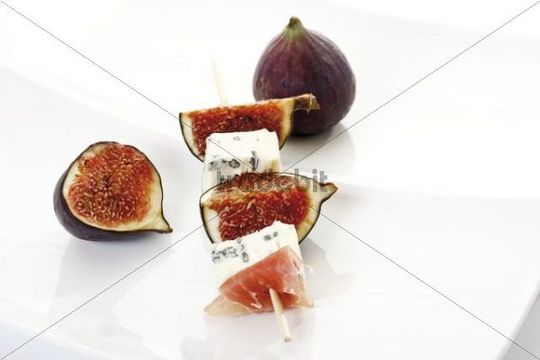 Skewer with fresh figs and blue cheese