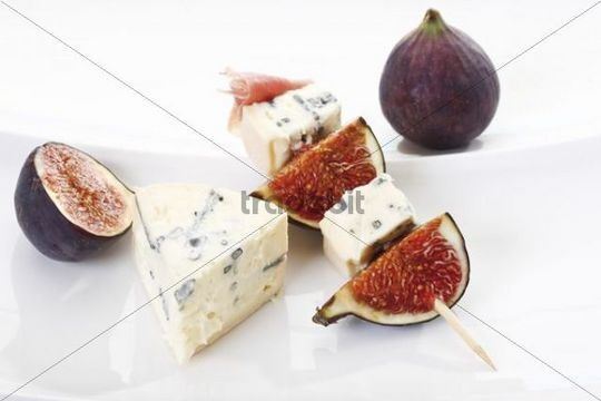 Fresh figs and blue veined cheese on a skewer