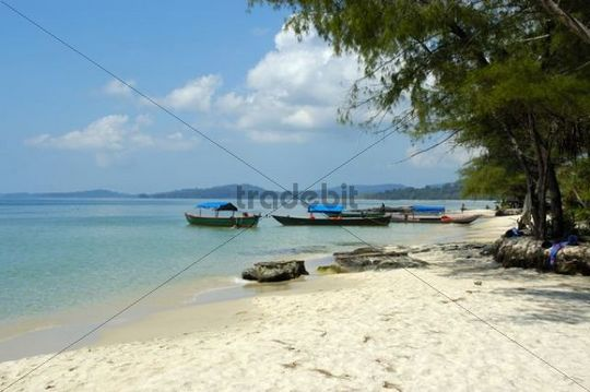 Fishing boats, secluded white sandy beach, clear blue water, Ream Nationalpark near Sihanoukville, Kompong Som, Kambodscha, South Asia