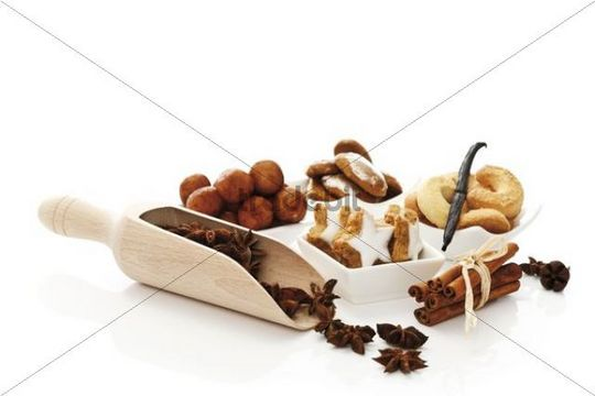 Christmas dainties, cinnammon star-shaped biscuits, cinnammon sticks, vanilla bean, star anise, vanilla crescent shaped biscuits, gingerbread printen and marzipan potatoes with dried orange slices