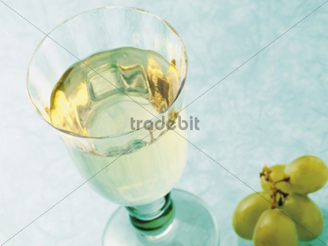 Glass of white grape juice - Download Pictures / Graphics
