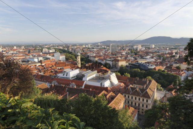Blick vom Schlossberg, Franziskanerkirche und Cafe-Lounge im Dachaufbau von Kastner und Oehler, Graz, Steiermark, Oesterreich, Europa, OeffentlicherGrund
